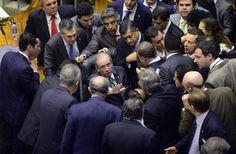 Cunha cercado por deputados, esta semana no Congresso. - Gustavo Lima / Câmara dos Deputados