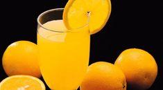 Spumante e succo per il cocktail al femminile