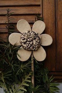 kytky strouhačky Garden Stakes, Ceramic Flowers, Pottery, Funny, Ideas, Decor, Gardens, Holiday Ornaments, Xmas