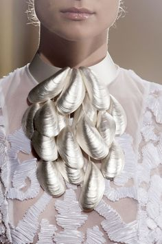 Crazy but pretty, Cascading Mussels Necklace - beautifully textured sea-inspired collar; Couture Details, Fashion Details, Fashion Design, Jewelry Art, Jewelry Design, Shell Jewelry, Vintage Jewelry, Fashion Accessories, Fashion Jewelry