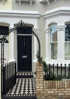 Victorian Front Garden, Victorian Front Doors, Victorian Terrace House, Victorian Gardens, Victorian House London, Terrace House Exterior, Facade House, Exterior Tiles, House Paint Exterior