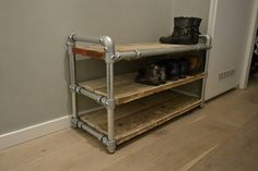 Schoenenrek van steigerbuizen en steigerhout Garage Workshop, Shoe Rack, Diy Furniture, Sweet Home, New Homes, Indoor, House Design, Table, Home Decor