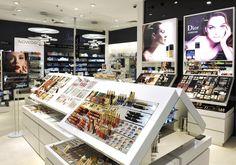 Obok bogatej oferty marek kosmetycznych, Douglas proponuje również wyjątkowe usługi – Szkołę Makijażu, zabiegi SPA, manicure, spotkania z ekspertami pielęgnacji, indywidualne konsultacje makijażowe oraz premiery kosmetyczne i pokazy najnowszych trendów.