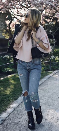 Spring Trend 2017: Ruffles! Jecky from Want Get Repeat is wearing a ruffled Zara Blouse with Boyfriend Jeans and Balenciaga Boots