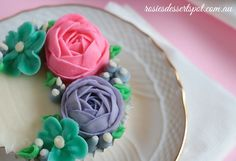 To watch >> In this tutorial I demonstrate how to make buttercream ranunculus roses to go atop a moist blueberry cupcake- recipe for that baby is also demonstrated in this video. Buttercream Flowers Tutorial, Buttercream Flower Cake, Cake Icing, Eat Cake, Cupcake Tutorial, Flower Tutorial, Cake Decorating Techniques, Cake Decorating Tutorials, Cookie Decorating