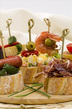 pinchos: Spanish cuisine Montaditos Sliced bread topped with a variety of appetizers Spanish Tapas Tapas Bar, Tapas Buffet, Tapas Restaurant, Finger Food Appetizers, Finger Foods, Appetizer Recipes, Tapas Recipes, Party Recipes, Aperitivos Finger Food