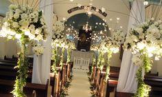 Amazing church decoration for a wedding Wedding Pews, Indoor Wedding Ceremonies, Wedding Bouquets, Wedding Flowers, Church Aisle Decorations, Simple Wedding Decorations, Aisle Flowers, Church Flowers, Weddings
