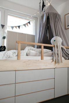 Im Kinderzimmer des Mittleren Stockholm Apartment, Low Loft Beds, Mini Loft, Nursery Furniture, Kids Corner, Kidsroom, Boy Room, Kids Bedroom, Bedroom Storage
