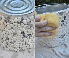 Macetas decoradas - paso 2 Mosaic Planters, Mosaic Garden Art, Mosaic Flower Pots, Diy Planters Outdoor, Cement Crafts, Plant Shelves, Mosaic Projects, Succulents Diy, Diy Garden Decor