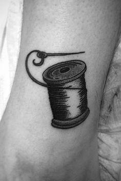 Tatouage sur la cheville : la bobine par Gin Tattoo