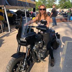 画像に含まれている可能性があるもの:1人以上、バイク、屋外 Sturgis Motorcycle Rally, 4 Wheelers, Street Bob, Lady Biker, Club Style, Bobbers, Spacecraft, Jets, Memphis