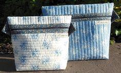 Hege Ts hverdag To toalettmapper laget etter AnnAKas mønster Quilts, Canning, Design, Quilt Sets, Home Canning, Quilt, Log Cabin Quilts, Design Comics, Lap Quilts