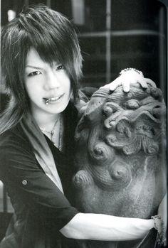 Mahiro (Kiryu) looks cute even without makeup. Kei Visual, Miyavi, Gackt, Without Makeup, Black And White Pictures, Pretty Boys, Rock Bands, Anime, Kpop
