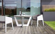 Stół Riva stworzy przytulne miejsce do rodzinnych spotkań w Waszym domu lub ogrodzie. Krzesła ustawione w dowolnym miejscu wokół stołu pięknie dopełnią całości.