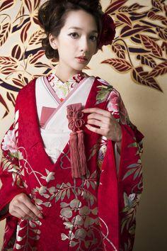 CUCURU  紅色藤牡丹に蝶 着物ウェディング 和婚 色打ち掛け Japanese Wedding Kimono, Japanese Kimono, Japanese Style, Kimono Dress, Kimono Top, Photo Studio, Studio Photos, Oriental Fashion, Japanese Outfits
