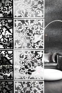 """Mit dem stilvollen Raumteiler """"FLORALIS"""" haben Sie die Möglichkeit, Ihre Räumlichkeiten auf einfache Weise in verschiedene Wohnzonen zu unterteilen. Dezente, florale Muster verdecken nur einen Teil des Raumes und verschönern das Gesamtbild durch Ihre Lichtdurchlässigkeit. Verknüpfen Sie mehrere Raumteiler mit nur wenigen Handgriffen miteinander oder verkürzen Sie den Vorhang auf die von Ihnen gewünschte Länge, der Raumteiler ist kinderleicht zuvariieren."""