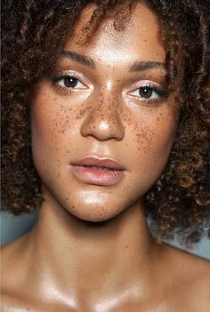Natural skin with beautiful freckles on the face- Model: Jordyn Reece Black Girls With Freckles, Black Freckles, Freckles Girl, Black Is Beautiful, Beautiful People, Natural Glowy Makeup, Natural Skin, Natural Beauty, Beautiful Freckles