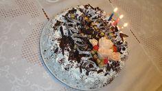torta di compleanno, pan di spagna a 3 strati, bagnato con alchermes, crema al pistacchio, crema inglese, panna, DECO: cioccolato a scaglie e rose di pasta marshmallows.