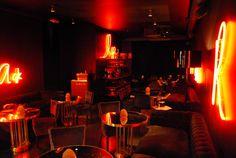 El secreto de #Black reside en combinar la carta de #LaRoyale con cócteles de autor, los mejores #VodkaTonic y una gran selección de Champagne en un ambiente que te transporta a los selectos clubes privados de Manhattan.  #BlackStyle #Barcelona #PacoPérez #HamburguesasDeAutor