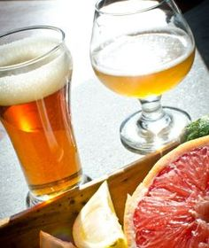 So you want to brew a fruit beer. Here's a quick rundown of the options for handling produce when you plan to add fruit to beer. Homebrew Recipes, Beer Recipes, Beer Brewing, Home Brewing, Beer Pairing, Food Pairing, How To Make Beer, Best Beer, Wine Making