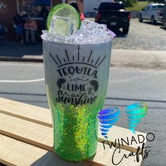 Mom Tumbler, Tumbler Cups, Green Glitter, White Glitter, Tumbler Photos, Cute Cups, Starbucks Tumbler, Custom Tumblers, Diy Projects To Try