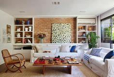 O apartamento da carioca Patricya Travassos reúne, em 200 m², sutilezas de bem-estar: vista para a mata, materiais naturais e organização sem neuras