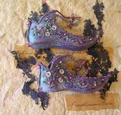 Fairy Shoes and Other Things. good to put in a tiny fairy home Fairy Clothes, Doll Clothes, Costume Venitien, Fairy Shoes, Kobold, Shoe Pattern, Fairy Dress, Felt Crafts, Fairy Crafts