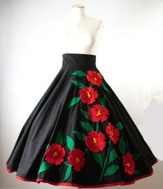 Vintage Circle Skirt JULI LYNNE CHARLOT Flowers Small waist 26 at Couture Allure Vintage Clothing Women's vintage fashion clothing for fall winter 70s Inspired Fashion, 60s And 70s Fashion, Retro Fashion, Vintage Inspired, Vintage Girls Dresses, Vintage Skirt, Vintage Outfits, Vintage Clothing, Drag Clothing