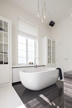 VOLA Taps for bathroom Renovatie van een kasteelwoning in Nethen • b+