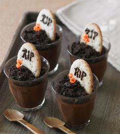 Creepy Halloween treats: tombstone pudding