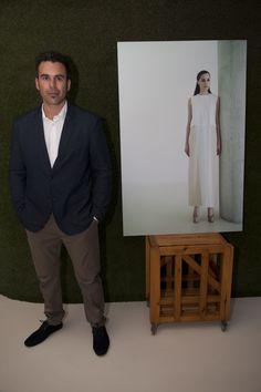 Jesús Ponce junto a una de sus fotos de la Exposición