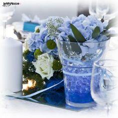http://www.lemienozze.it/operatori-matrimonio/fiori_e_addobbi/fiori-e-addobbi-a-chieti/media/foto/11 Allestimento floreale per i tavoli del ricevimento nei toni del blu e dell'azzurro.