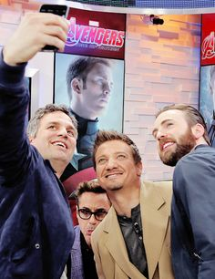 Seeeeeelfie...... Mark Ruffalo, Robert Downey Jr, Jeremy Renner & Chris Evans :)