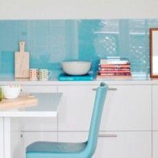 Detalle de una cocina con baldosas azules pinteres for Revestimiento de cocina con porcelanato