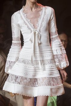 Elie Saab Spring 2019 Fashion Show Details. Ready-to-Wear collection, runway looks, details, models. All the Spring 2019 fashion shows from Paris Fashion Week in one place. Fashion Week, Look Fashion, Runway Fashion, Fashion Show, Fashion Design, Fashion Trends, Paris Fashion, Womens Fashion, Fashion Ideas