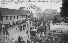 População concentrada na rua da Liberdade, atual Barão do Rio Branco, saudando a partida de um batalhão do Exército em 1910. (Foto: Coleção Julia Wanderlei/acervo Instituto Histórico e Geográfico do Paraná)