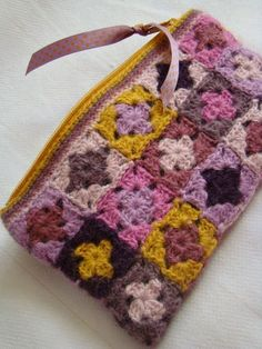 Sweet crochet case (mini granny squares). ༺✿Teresa Restegui http://www.pinterest.com/teretegui/✿༻