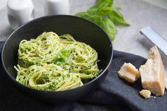 les pâtes. J'allais dire en ce moment, mais c'est pas mal tout le temps. Je trouve que c'est un repas tellement réconfortant que l'on peut adapter selon son envie. Que ce soit avec une sauce blanche, un pesto, une sauce à la viande ou même juste Edamame, Sauce Pesto, Spaghetti, Clean Eating, Food And Drink, Pasta, Ethnic Recipes, Moment, Salad