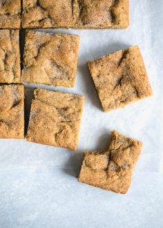The easiest and most addicting Chewy Chai Blondies with hints of cardamom, ginger, and cinnamon! Köstliche Desserts, Delicious Desserts, Dessert Recipes, Bar Recipes, Brownie Recipes, Cookie Recipes, Broma Bakery, Chai Recipe, Sweet Bar