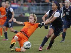 Verschillen Nederland en VS op gebied van Vrouwenvoetbal –  In tegenstelling tot de Europese landen ontwikkelt de sport zich in de VS van begin af aan tot een vrouwensport. Zo wordt het op scholen gedoceerd aan meisjes in plaats van aan jongens; zij moeten zich vooral richten op een carrière in American Football, baseball of basketbal. (Metiary, 2008) –  De Eredivisie Vrouwen bestaat het seizoen 2015/'16 uit zeven teams.