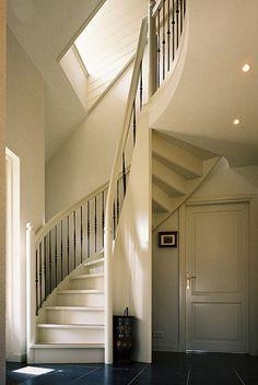 Interieur van een landelijk huis - (spil)trap in het interieur