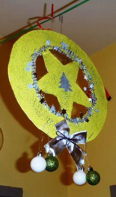 Ensuite on a décoré avec des petites boules, des mini guirlandes, des nœuds brillants : une vraie déco de Noël !