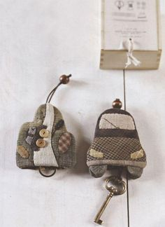 Make a key holder using the Vee Dub pattern. Japanese Bag, Japanese Quilts, Fabric Bags, Felt Fabric, Car Key Holder, Costura Diy, Key Pouch, Key Bag, Key Covers