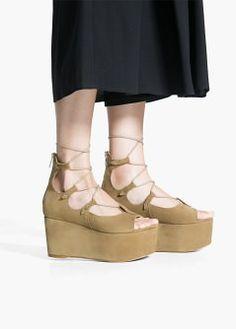 Zamszowe sandały na platformie