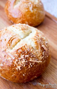 Pão Pretzel para Hambúrguer, para deixar o seu lanche especial. Clique na imagem para ver a receita no blog Manga com Pimenta.