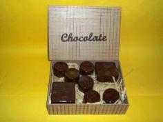 Linda caixa para presentear com chocolates, detalhe da palavra chocolate em mdf. <br>FOTO MERAMENTE ILUSTRATIVA, NÃO ACOMPANHAM OS CHOCOLATES. <br>Aceito encomendas de pães de mel e trufas;preços sob consulta.