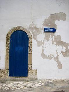 Blue door. Otranto, Italia