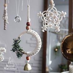 macrame/macrame anleitung+macrame diy/macrame wall hanging/macrame plant hanger/macrame knots+macrame schlüsselanhänger+macrame blumenampel+TWOME I Macrame & Natural Dyer Maker & Educator/MangoAndMore macrame studio Macrame Design, Macrame Art, Macrame Projects, Macrame Knots, Macrame Mirror, Macrame Curtain, Teacher Ornaments, Diy Christmas Ornaments, Christmas Decorations
