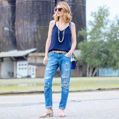 Look de street style com calça jeans boyfriend + regatinha camisole.