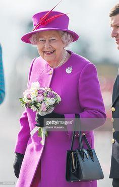 Queen Elizabeth II visits HMS Ocean on March 20, 2015 in Plymouth, England. Palais De Buckingham, Buckingham Palace London, Royal Queen, Queen B, Princess Alice, Her Majesty The Queen, Prince Phillip, Elisabeth, Queen Of England